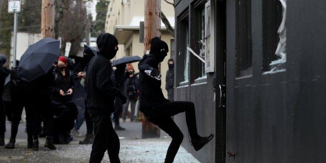 ABD'de gerginlik bitmiyor Demokrat Parti ofisine saldırdılar
