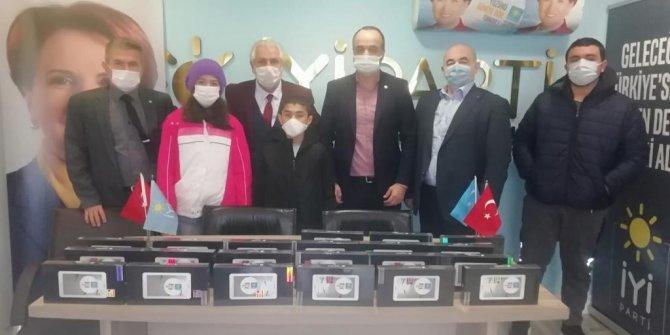 İYİ Parti'den öğrencilere tablet yardımı