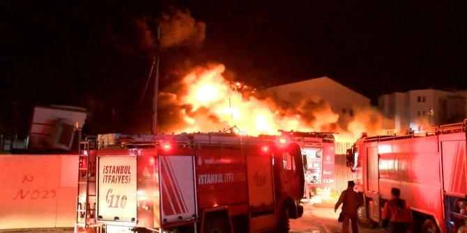 İstanbul'da alevler gökyüzünü kapladı. Geri dönüşüm tesisindeki yangın paniğe neden oldu