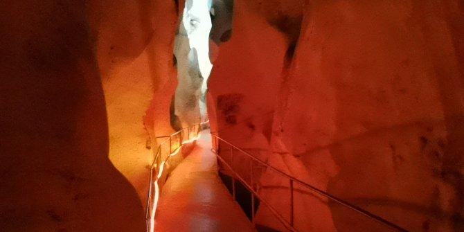 Bu mağaraya giren terliyor. Burada yaz kış sıcaklık hep aynı