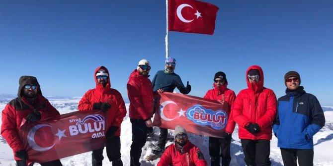 Yıldız Dağı'ndaki Türk Bayrağını dağcılar değiştirdi