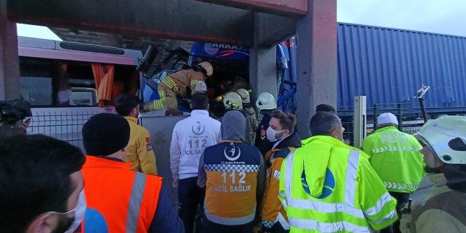 TEM Otoyolu'nu kilitleyen kaza. Esenyurt'ta TIR ile minibüs çarpıştı. Yaralılar var