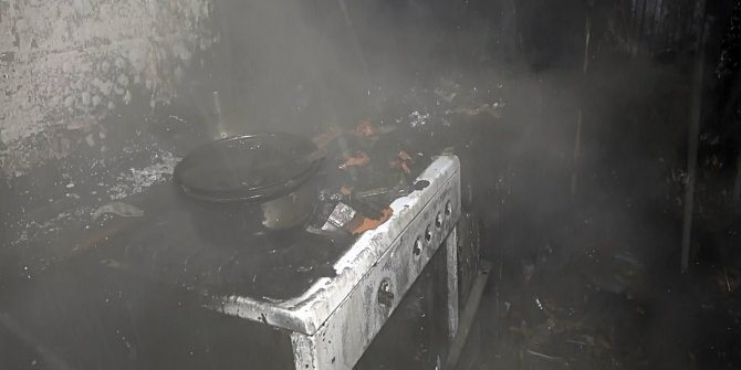 Ocakta unutulan yemek evi duman etti