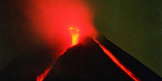 Endonezya'daki Merapi Yanardağı'nda patlama. Lav kütlesi yamaçtan 1600 metre aşağı indi