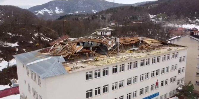 Bartın'da rüzgar okulun çatısını yıktı geçti