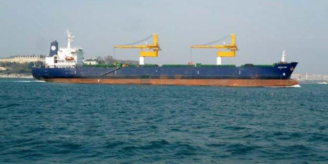 Dev gemi Beykoz'da karaya oturdu. Kıyıdaki herkes hayretle seyretti