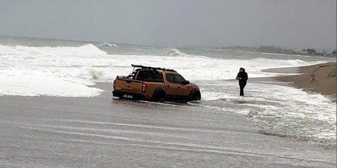 Kamyonetiyle sahilde geziyordu. Ne olduğunu anlamadı. Karadeniz'in hırçın dalgaları esir aldı