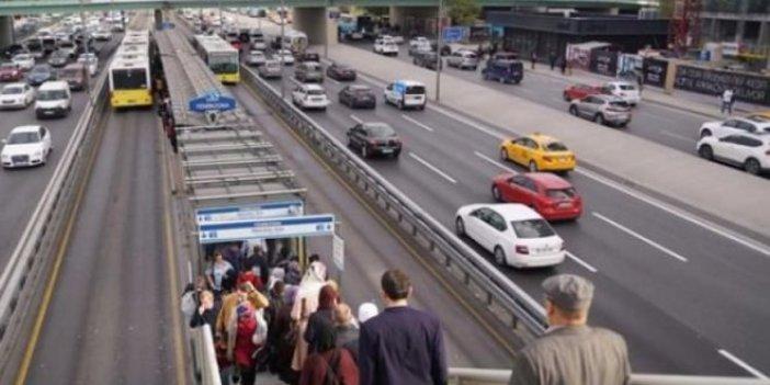 Metrobüs turnikesinin önünde bekliyorlar! Ayda 5 bin TL kazanıyorlar