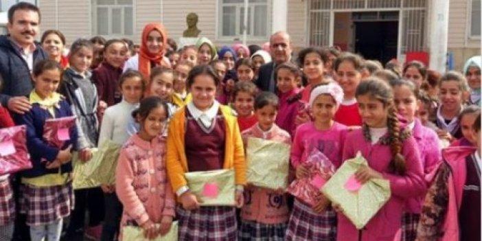 Milli Eğitim Müdürü, okulda baş örtüsü dağıttı