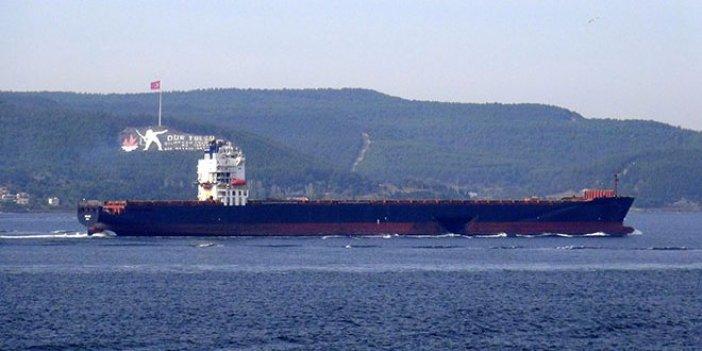 Gövdesi hasarlı gemi Boğaz'dan geçti