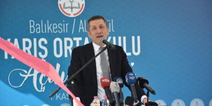 Milli Eğitim Bakanı Ziya Selçuk öğrencilere ıslık çaldı