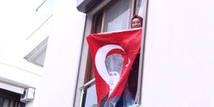 Şehit eşi Sibel Kulaksız penceresine bayrak astı