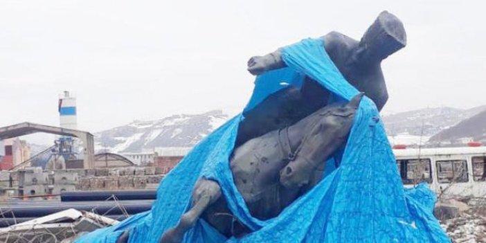 Tarihi Atatürk heykelini molozların arasına attılar!