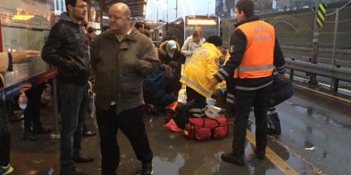 Metrobüs yolcuya çarptı: Yolcu hayatını kaybetti