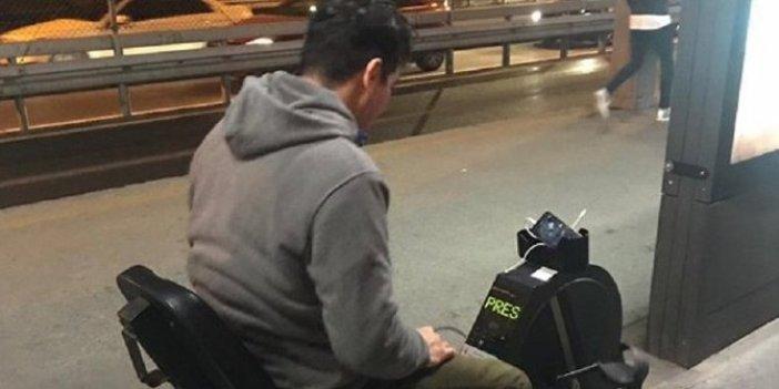 Metrobüste telefonu şarj eden bisiklet