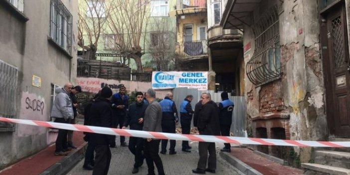 Fatih'te binadan kopan parçalar sokağa düştü