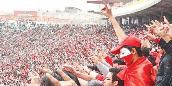 İran'da futbol maçında Güney Azerbaycan Türklerinden Karabağ tepkisi