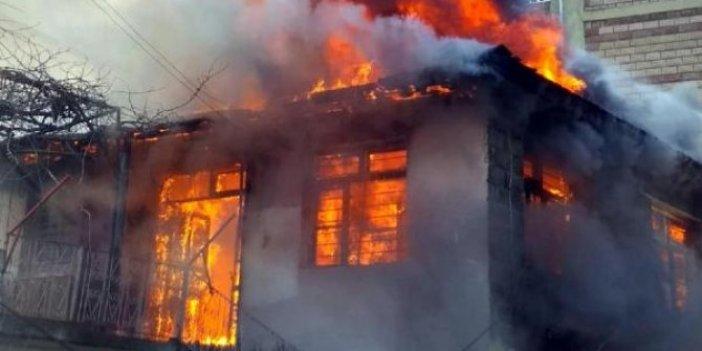 Osmaniye'de ahşap ev alev alev yandı