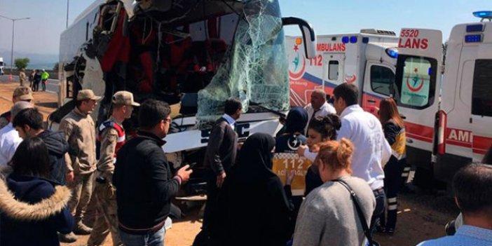 Yolcu otobüsü ile kamyon çarpıştı: 18 yaralı