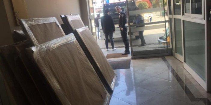"""Mehmet Ali Çelebi: """"Hayırdır, İBB'ye bağlı merkezdeki tabloları nereye götürüyorsunuz?"""""""