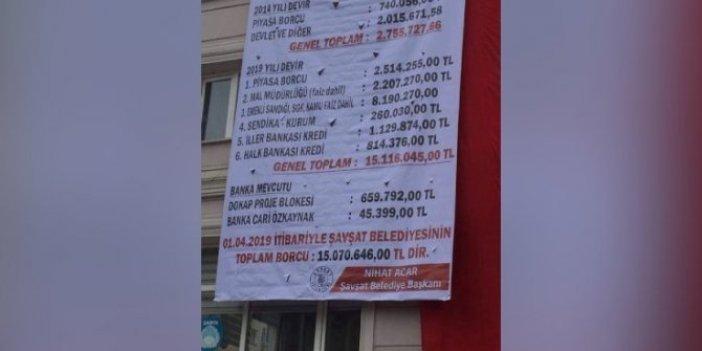 Şavşat'ta AKP'li başkandan kalan borç belediye binasına asıldı!