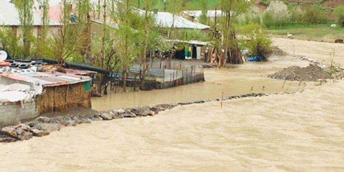 Zap Deresi yükseldi, 4 ev su altında kaldı