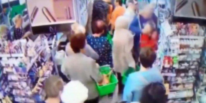 Markette sıra beklerken çocuğun boynunu kırmak istedi