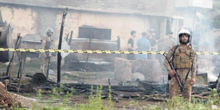 Pakistan'da askeri uçak yerleşim alanına düştü: 18 ölü