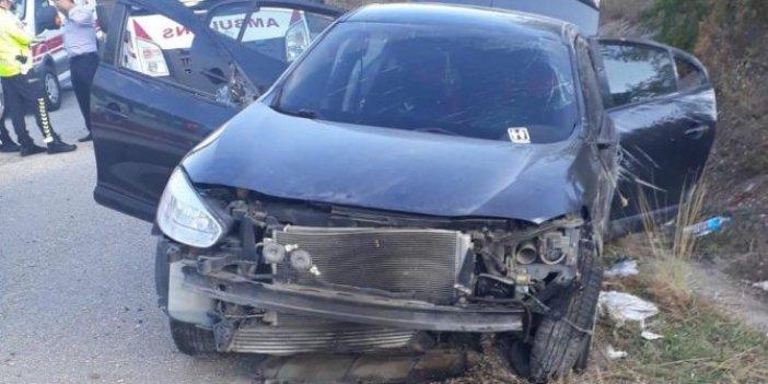 Otomobil refüje çarptı: 3'ü çocuk 8 yaralı