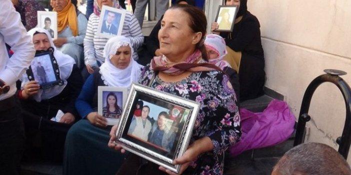 """HDP binası önünde bekleyen anneler: """"Türk askerine teslim olun"""""""