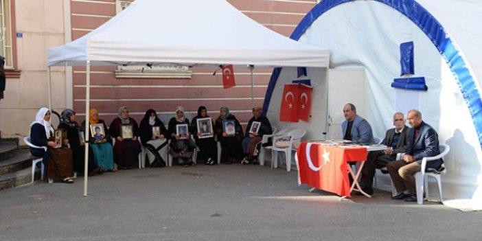 HDP binası önünde eylem yapan annelere sosyal medyadan destek