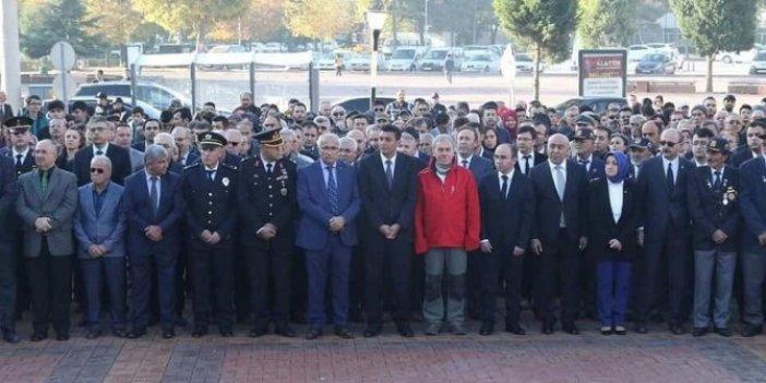 Rektör 10 Kasım törenine böyle katıldı
