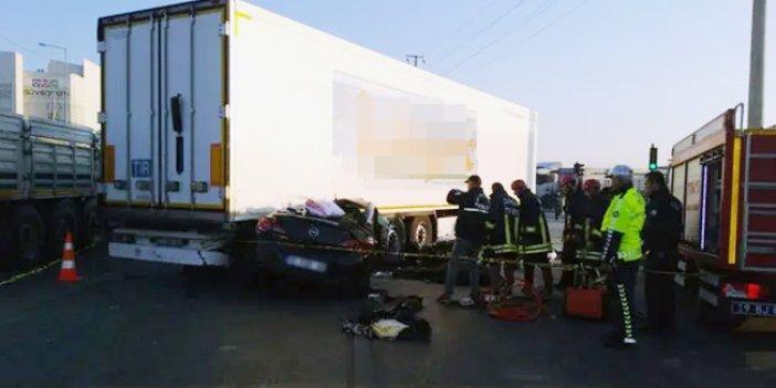 Otomobil TIR'ın altına girdi: 3 ölü, 1 yaralı