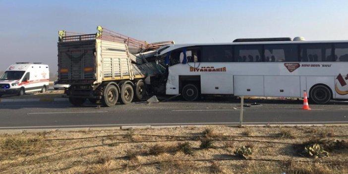 TIR'la otobüs çarpıştı: 2 ölü 20 yaralı