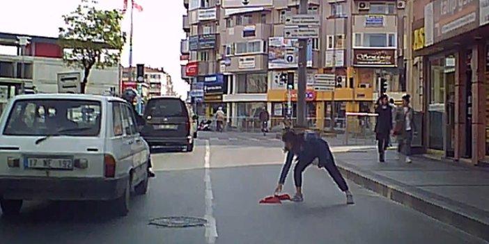 Yolun ortasındaki Türk bayrağını yerden aldı