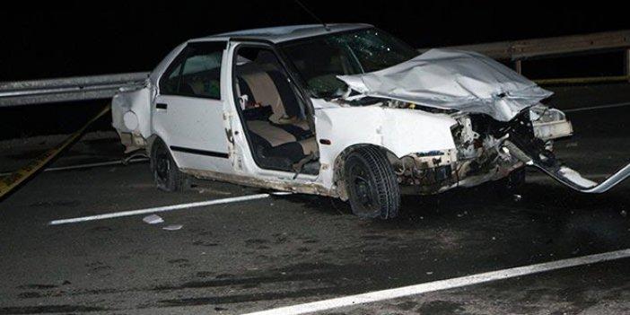 Otomobil bariyerlere çaptı: Ölü ve yaralılar var