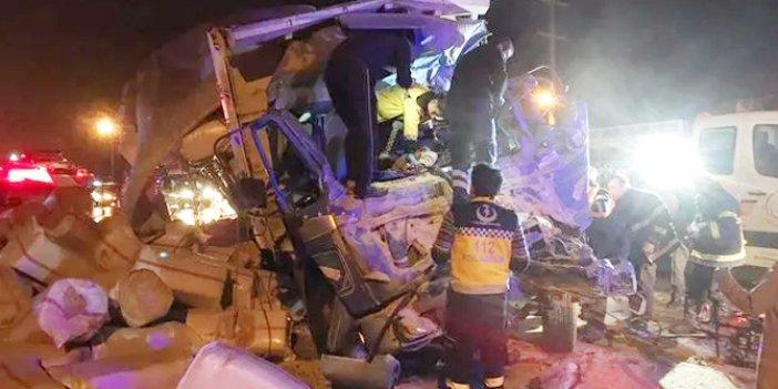 Askeri araçla kamyon çarpıştı: 1 ölü, 2 asker yaralı