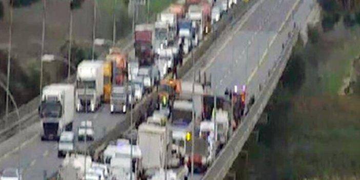 TEM'de TIR devrildi! Yol trafiğe kapandı