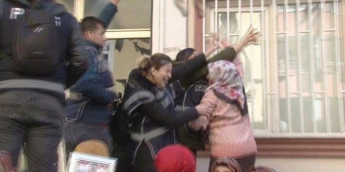 Evladı dağa kaçırılan anne, HDP'li vekillere terliğini fırlattı