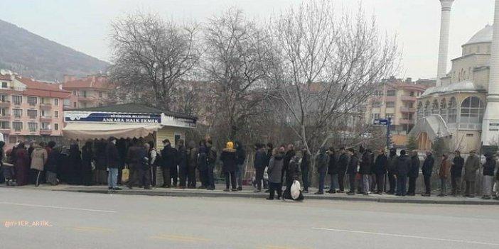 Vatandaşlar soğuk havada ucuz ekmek için kuyruğa girdi!