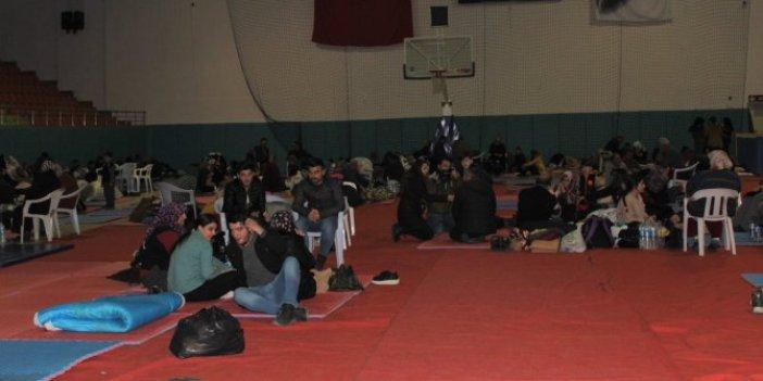 Depremzedeler geceyi spor salonunda geçirdiler