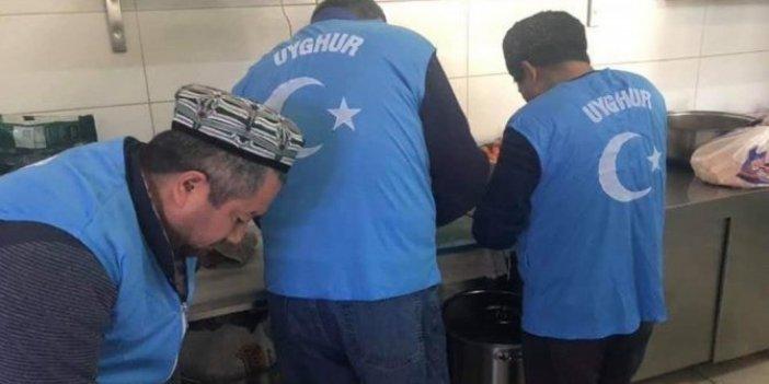 Uygur Türkleri Elazığ'daki depremzedeler için yemek dağıttı