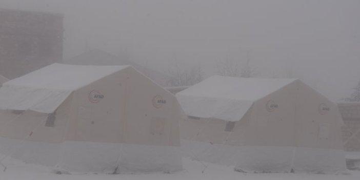 Elazığ'daki deprem çadırları kar altında!