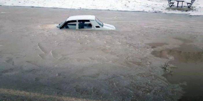 Buzlanan su birikintisine düşen araç çıkarılamadı