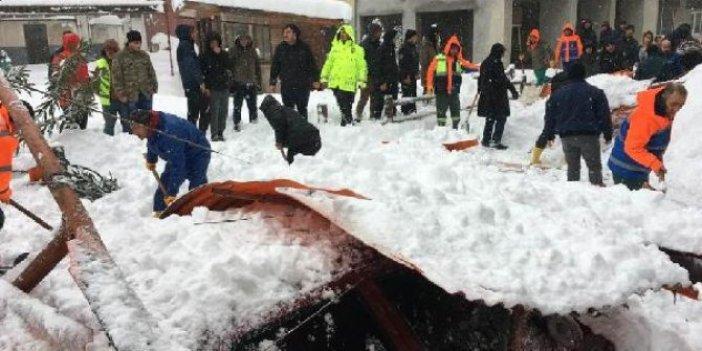 Pazar yerinin çatısı kardan çöktü: 1 yaralı