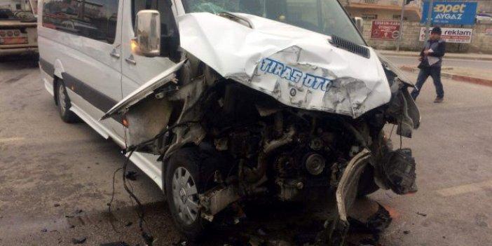 Otobüs, öğrenci servisiyle çarpıştı: 5 yaralı