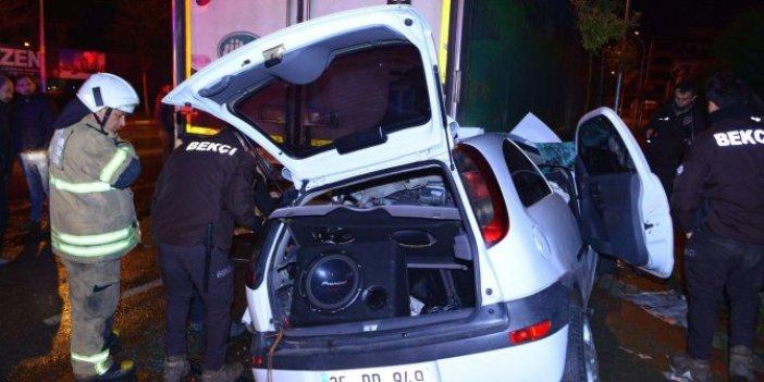 Otomobil, park halindeki TIR'ın altına girdi