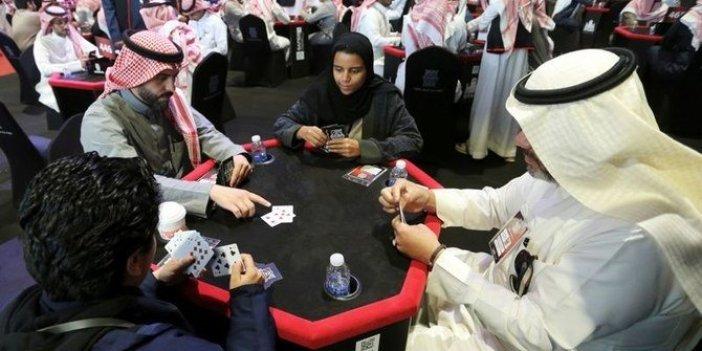 Suudi Arabistan'da kadınlı erkekli iskambil partisi
