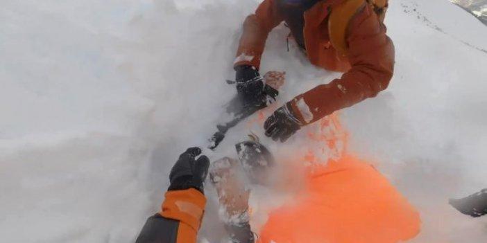 Çığ altında kalan kayakçılar kurtarıldı
