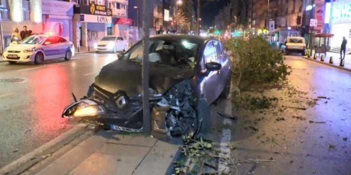 Kontrolden çıkan otomobil refüjdeki ağaçlara çarptı